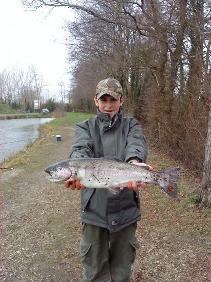 Dylan et une truite de 2,300 Kg - 01/2011