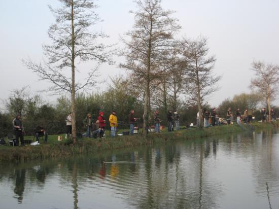 Beaucoup de monde autour du plan d'eau