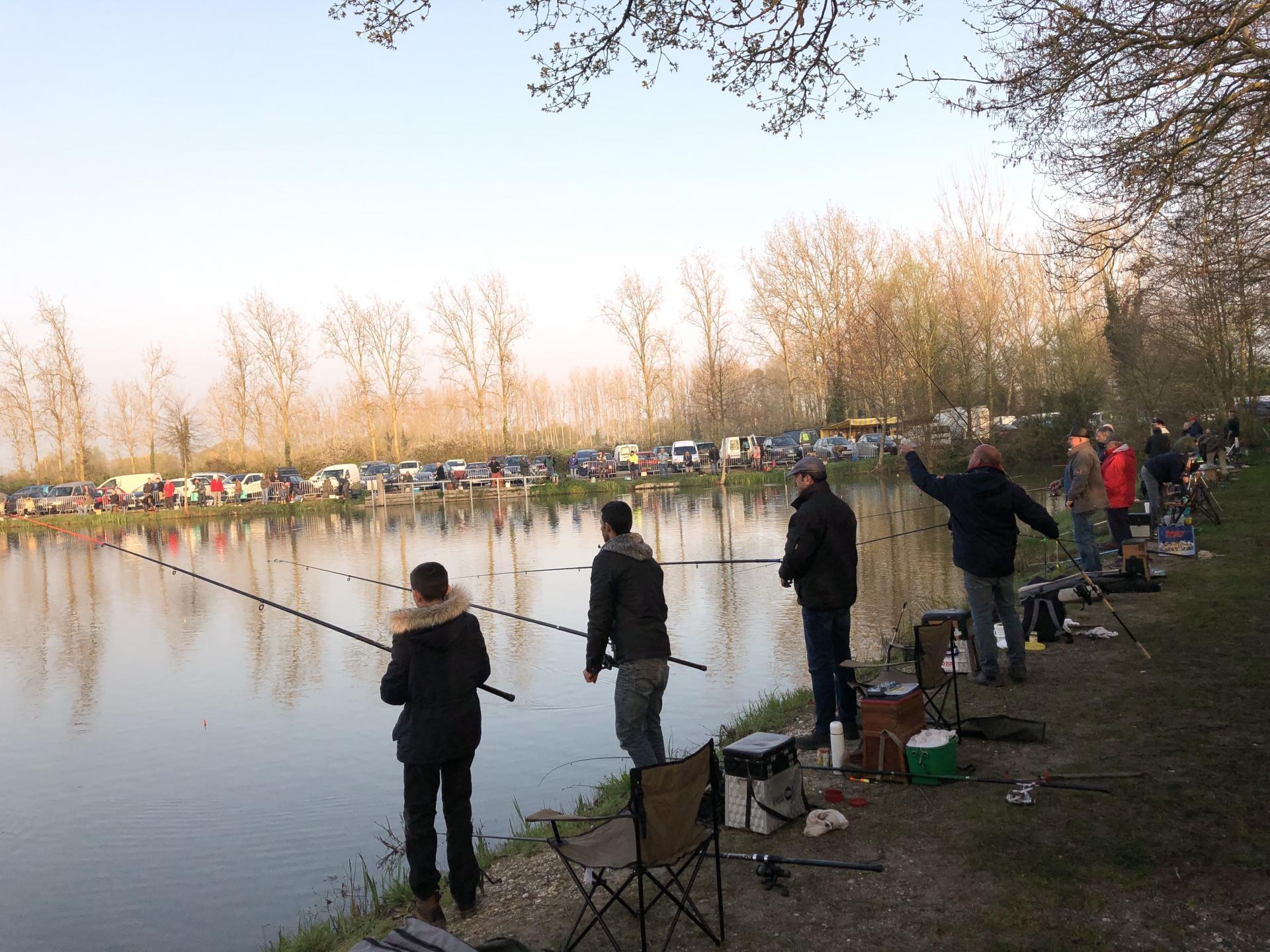 Les pêcheurs surveillent attentivement leurs bouchons