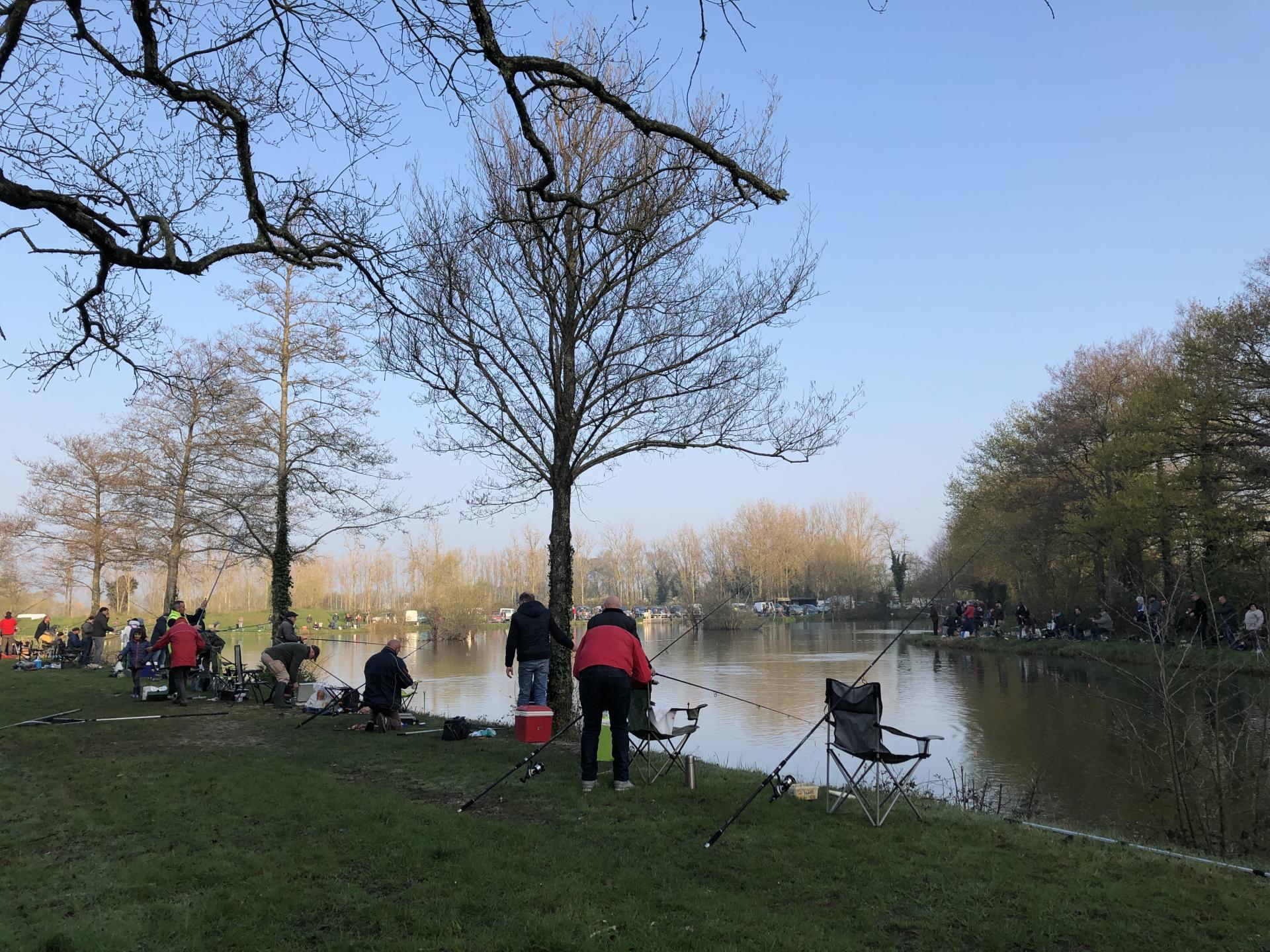 Les pêcheurs commencent à pêcher