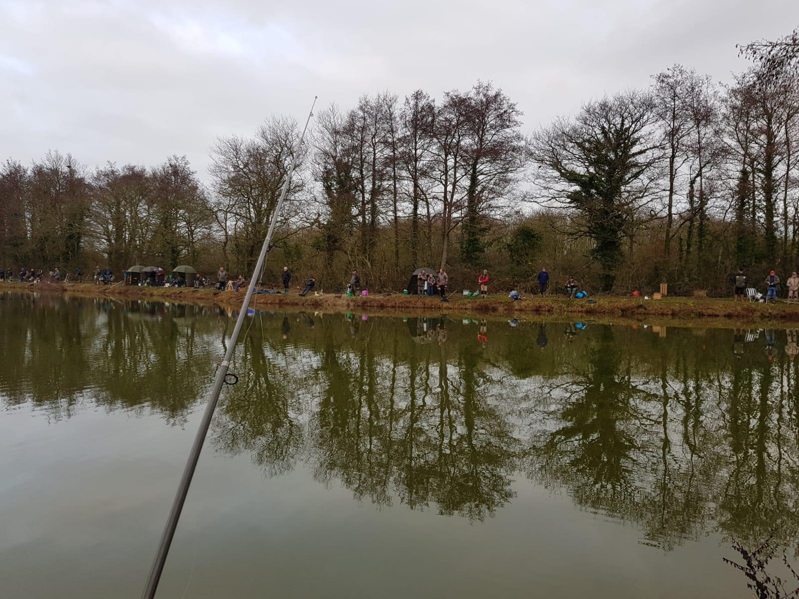 Les pêcheurs attendent le poisson avec impatience